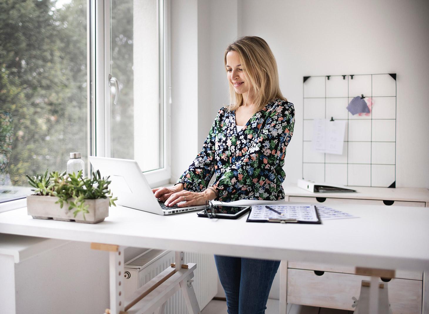 Многие сейчас предпочитают работать стоя, и для этого есть специальные столы