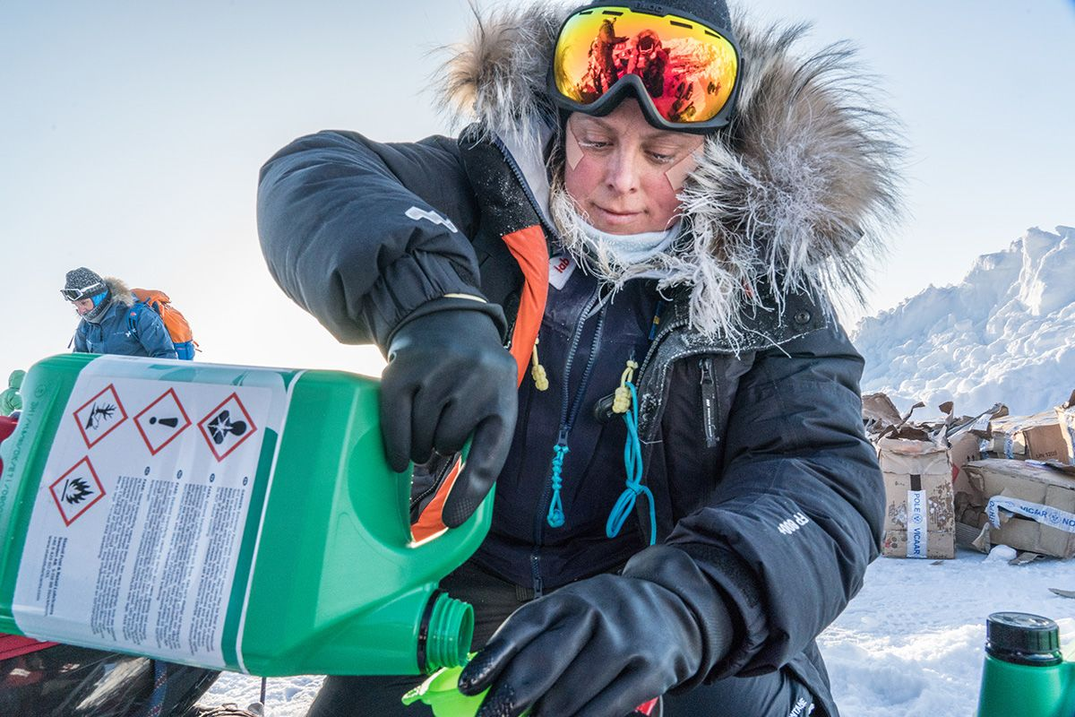 18.-Filling-up-on-stove-fuel-in-38-Celsius-Photo-by-Renan-Ozturk