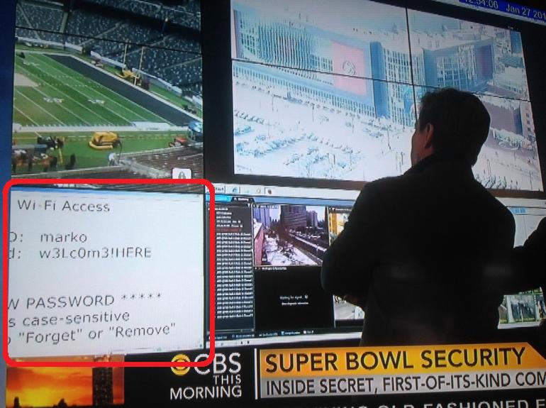 """Credenciales de acceso al Wi-mostradas en una pantalla en el centro de control del estadio. <a href=""""https://twitter.com/TheSmarmyBum/status/430055727777214464"""">Fuente</a>"""
