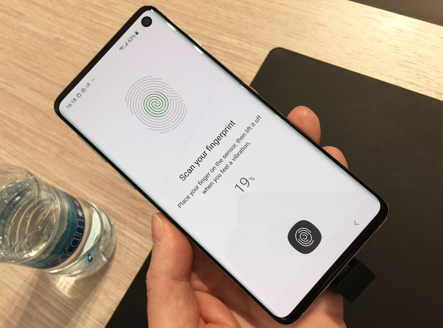 Numerosi smartphone in mostra al MWC19 hanno sensori di impronte digitali a ultrasuoni.