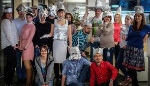 Празднуйте с нами Международный день шапочки из фольги