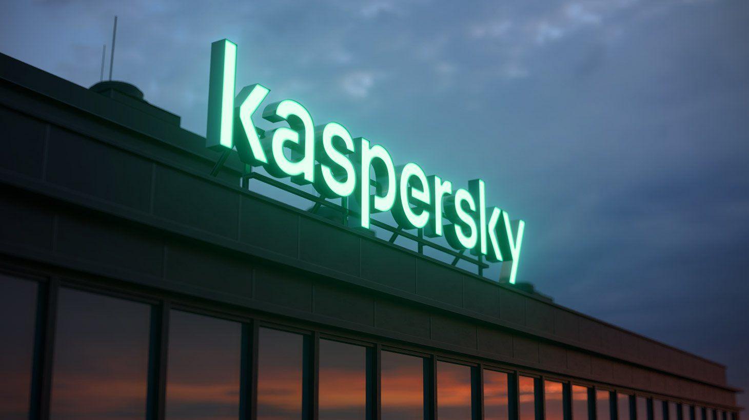 Het nieuwe logo op het dak van Kaspersky's hoofdkantoor